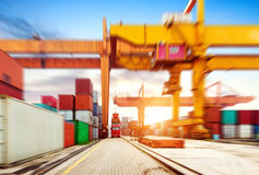 Der Containerbahnhof an der Dämmerung stockbilder