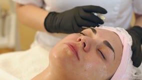 Der Cosmetologist macht das verjüngende Gesichtseinspritzungsverfahren für ein Mädchen stock video footage