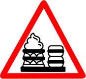 Der Creme, süßen und schönen der Makrone der Nachtisch der Kekse, der rotes dreieckiges Verkehrsschild warnt, solated auf weißem  Stockfotos