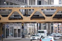 Der CTA EL-Zug, der eine Brücke in im Stadtzentrum gelegenem Chicago, Illinois USA kreuzt Stockfotografie