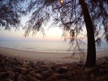 In der Dämmerung ein romantischer Strand, einer des südlichen Teils des Landes, Thailand stockfotos