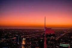 An der D?mmerung hat der H?hepunkt in Los Angeles einen sch?nen Sonnenuntergang mit Sternen und dem Mond lizenzfreies stockbild