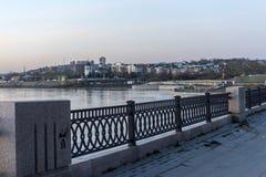 Der Damm des Angara am Abend mit Blick auf das c Lizenzfreie Stockfotos