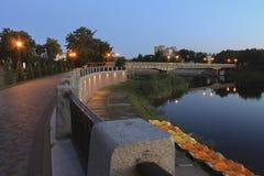 Der Damm des Erholungsortes des Myrgorod am Sommerabend Stockfotografie