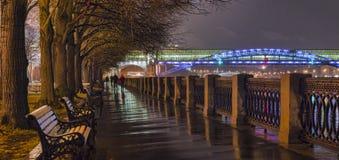 Der Damm des Moskau-Flusses nachts Lizenzfreie Stockbilder
