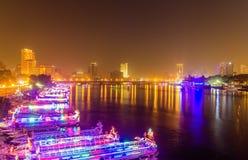 Der Damm von Kairo nachts Stockfotografie