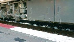 Der Dampf von der Bremsanlage auf den Rädern des Zugs stock video