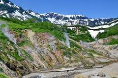 Der Dampf von den Geysiren Gefrorene Lava des Vulkans Kronotsky-Zustands-Naturreservat Tal der Geysire kamchatka lizenzfreie stockfotos