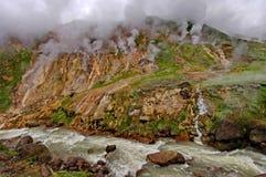 Der Dampf von den Geysiren Gefrorene Lava des Vulkans Tal der Geysire Kronotsky-Zustands-Naturreservat Halbinsel Kamtschatka lizenzfreie stockfotografie