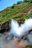 Der Dampf von den Geysiren Gefrorene Lava des Vulkans Tal der Geysire Kronotsky-Zustands-Naturreservat kamchatka lizenzfreie stockfotos