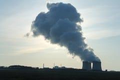 Der Dampf von Kühltürmen Stockfotos