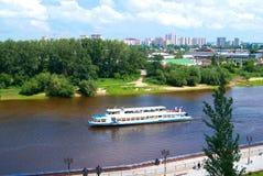 Der Dampfer auf dem Fluss Lizenzfreie Stockfotografie
