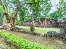 Der defekte alte religiöse Tempel im historischen Park Stockfotos