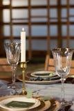Der Dekor der festlichen Tabelle Kerzen- und Weingläser Stockfoto