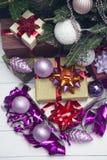 Der Dekor des neuen Jahres mit Geschenken unter einem Weihnachtsbaum Stockbild