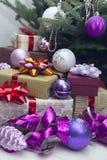 Der Dekor des neuen Jahres mit Geschenken unter einem Weihnachtsbaum Lizenzfreie Stockfotografie