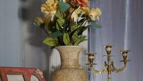 der Dekor Panorama von der Unterseite, zum des Vase und der Kerze zu übersteigen stock footage