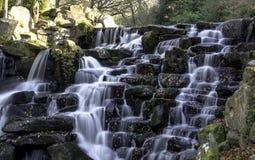 Der dekorative Kaskadenwasserfall in Virginia Water, Surrey, Großbritannien lizenzfreies stockbild