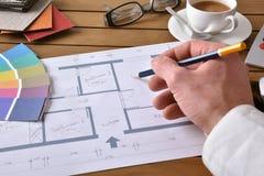 Der Designer, der an einer Innenprojektplanung arbeitet, erhöhte Ansicht Stockbilder