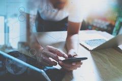 der Designer, der intelligentes Telefon verwenden und die Tastatur koppeln digitale Tablette mit an Lizenzfreies Stockbild