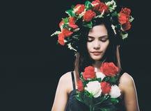 Der Designhintergrund der abstrakten Kunst von Schönheitsdame trägt die rosafarbene Krone und schaut rosafarbenen Blumenstrauß in lizenzfreie stockfotografie