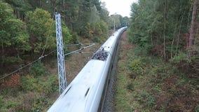 Der deutsche Eiszug, der entlang Eisenbahn zu Neu Mukran auf Rugen-Insel dirving ist stock video