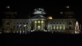 Der deutsche Reichstag der Bundestag in Berlin in der Nacht stockfotografie