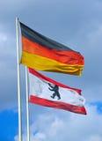 Der Deutsche und die Berlin-Flagge Lizenzfreie Stockfotos