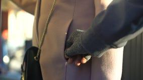 Der Dieb, der Geldbörse von den sorglosen Damen stiehlt, stecken im Metrowagen, Eigentum ein stock video footage
