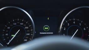 Der digitale Armaturenbrett des Autos, der Anzeige der hohen Auflösung kennzeichnet stock video footage