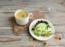 Der Dinosaurier wird von der Eiscreme und dem Kaffee gemacht Stockbild