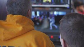 Der Direktor des Fernsehprojektes, sitzend vor dem Monitor, wischt den Schirm ab und verweist den schießenden Prozess stock video
