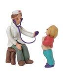 Der Doktor überprüft das Kind Stockbilder