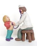 Der Doktor überprüft das Kind Stockfoto