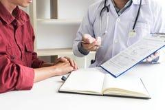 Der Doktor überprüfte die Symptome des Patienten und fand, dass die Zahnschmerzen verschwunden war lizenzfreie stockbilder