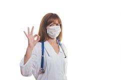 Der Doktor in einer Maske stellt O.K. dar Lizenzfreies Stockbild
