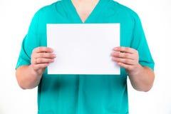 Der Doktor führt ein leeres Blatt in seinen Händen Lizenzfreies Stockfoto
