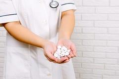 der Doktor hält in seiner Hand die Tabletten Lizenzfreie Stockfotografie