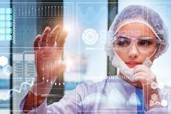 Der Doktor im futuristischen medizinischen Konzept, das Knopf drückt lizenzfreies stockbild