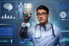 Der Doktor im futuristischen medizinischen Konzept, das Knopf drückt Stockfotografie