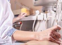Der Doktor leitet Ultraschalldiagnose der Organe des Brustraums zum Patienten stockfotografie