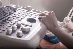 Der Doktor leitet Ultraschalldiagnose zum Patienten lizenzfreie stockfotografie