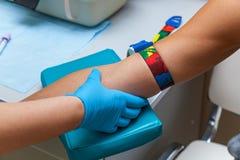 Der Doktor nimmt Blut von der Ader auf dem Arm Lizenzfreie Stockfotografie