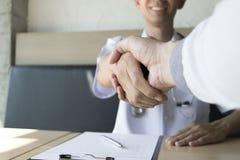 Der Doktor schloss einen Vertrag mit Patienten mit Bluthochdruck, Gesundheit beizubehalten stock abbildung