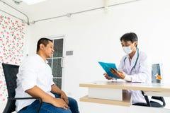 Der Doktor spricht mit dem Patienten lizenzfreies stockbild