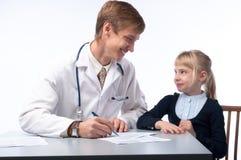 Der Doktor und das kleine Mädchen Lizenzfreie Stockbilder