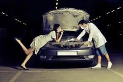 Der Doktor und die Krankenschwestern reparieren das Auto stockfotos
