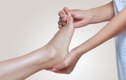 Der Doktorfußarzt tut eine Prüfung und eine Massage des geduldigen ` s Fußes lizenzfreie stockbilder