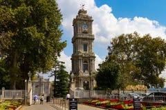 Der Dolmabahce-Glockenturm, gelegen am Eintritt des Dolmabahce-Palastes lizenzfreies stockfoto