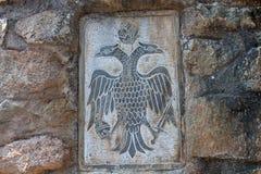 Der doppelköpfige Adler auf der Wand Lizenzfreie Stockfotografie